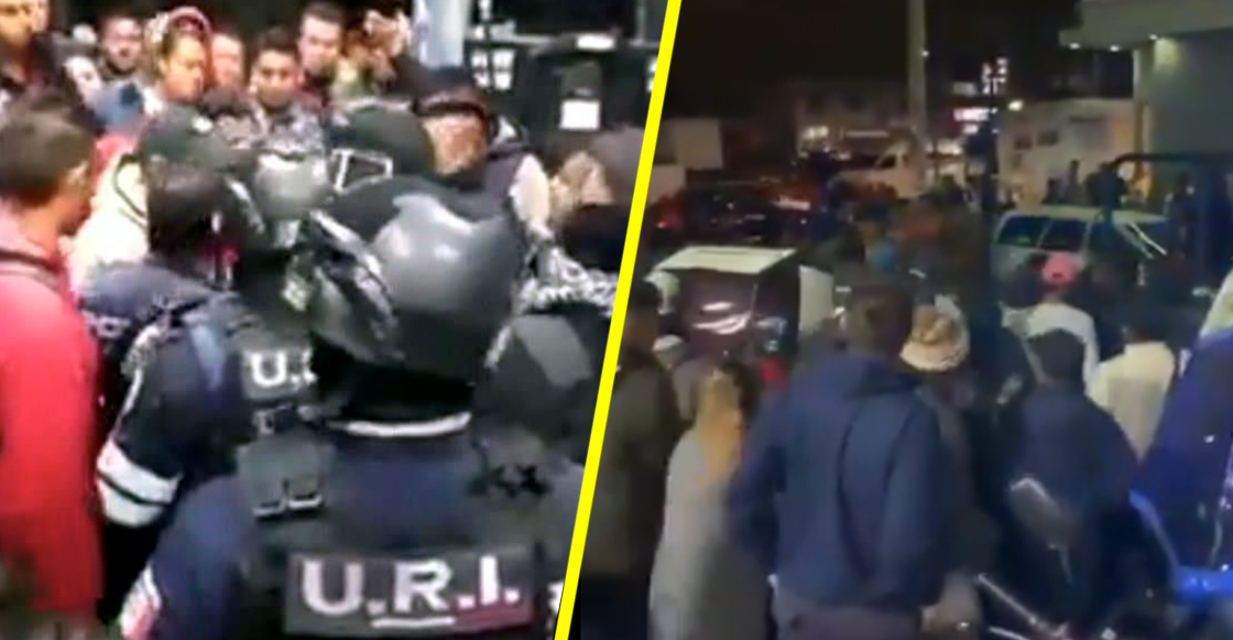 Policías lanzan disparos al aire para dispersar a gente que peleaba en una gasolinera de Neza