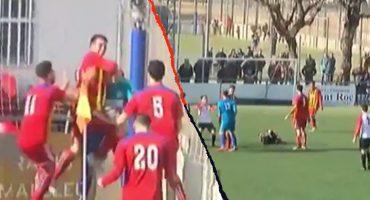 Portero empató el partido, árbitro le anuló el gol y este lo 'reventó' con una patada