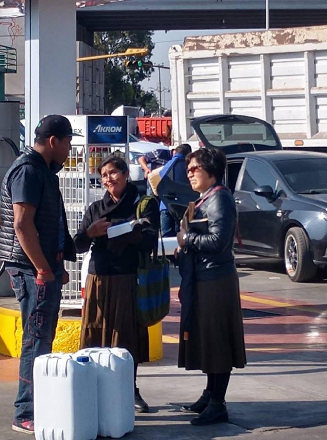 Testigos de Jehová en gasolineras