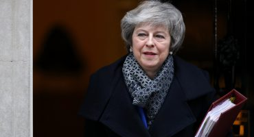 ¡Por poquito! Theresa May sobrevivió a la moción de censura en el Parlamento británico
