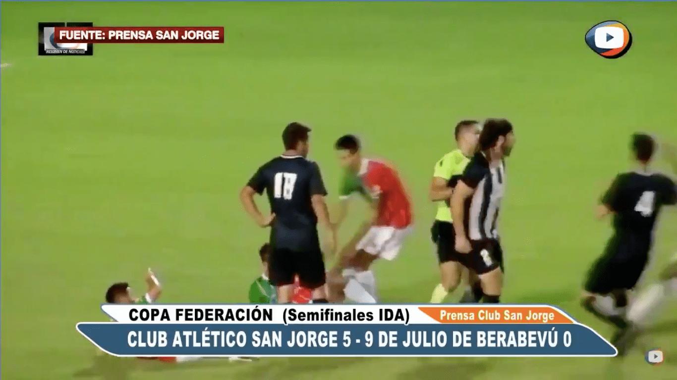 A un futbolista le salió lo 'Pacquiao' y noqueó a 3 jugadores en pleno partido