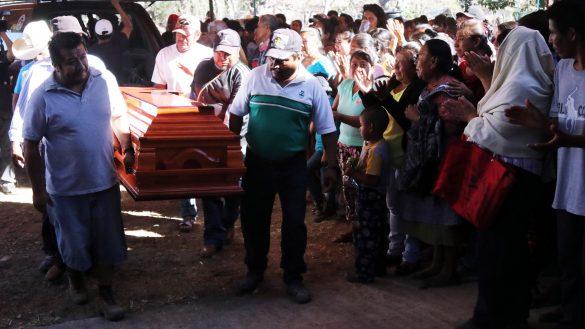 TEMOAC, MORELOS, 20FEBRERO2019.- Llegada de la carroza que traslada el cuerpo de Samir Flores, uno de los activistas más representativos de la lucha contra la termoeléctrica de Huexca, a la comunidad de Amilcingo. El activista fue atacado a balazos la madrugada de este día afuera de su casa, en el mismo poblado, y murió en un hospital. Según el parte policiaco, los responsables huyeron en un automóvil Sentra, color negro. El activista impulsaba un proyecto de radio comunitaria y era sobrino de Vinh Flores Laureano, luchador social y fundador de la normal del poblado e impulsor de la creación del municipio de Temoac.