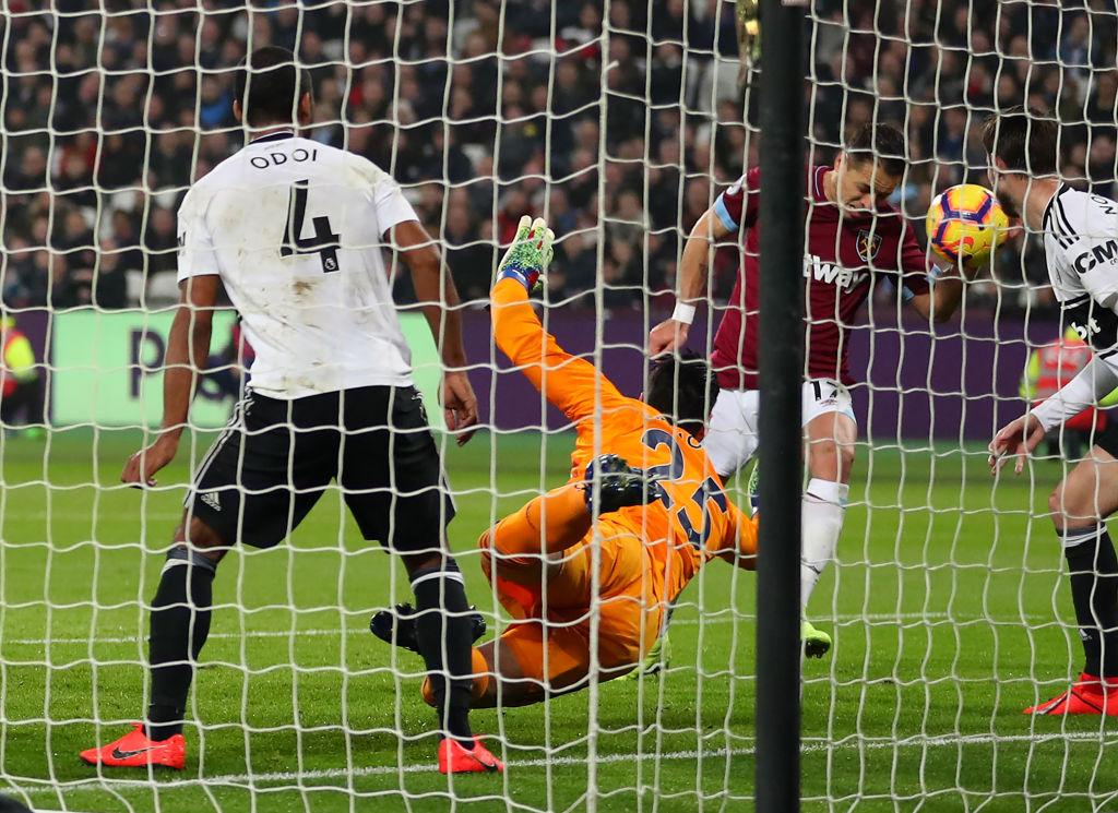 ¡A lo Maradona! 'Chicharito' le marcó gol al Fulham… ¿Con la mano?