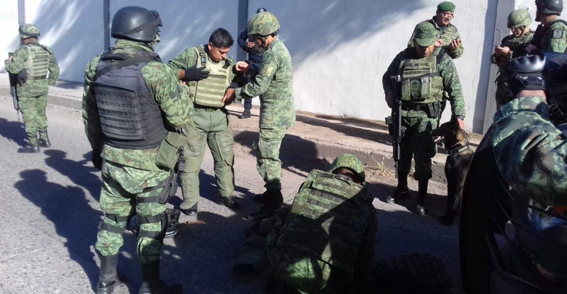SALAMANCA, GUANAJUATO, 31ENERO2019.- Una camioneta de color naranja con un supuesto artefacto explosivo fue localizada en una de las puertas de la refinería Antonio M. AMor de Pemex, en otro punto fueron halladas mantas firmadas por el cárteL de Santa Rosa de Lima en donde supuestamente amenazan al Presidente de México, Andrés Manuel López Obrador, por los operativos que ha lanzado en el estado para combatir el robo de gasolina. Elementos del Ejercito Mexicano montaron un operativo especial para retirar la unidad, más tarde se confirmó que la supuesta bomba no representaba ningún peligro.