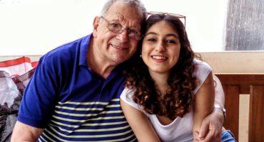 ¡No estamos llorando! Este abuelo prometió a su nieta que no moriría hasta verla titulada