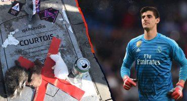 Por 'traidor', aficionados del Atlético llenaron de ratas de peluche la placa de Courtois