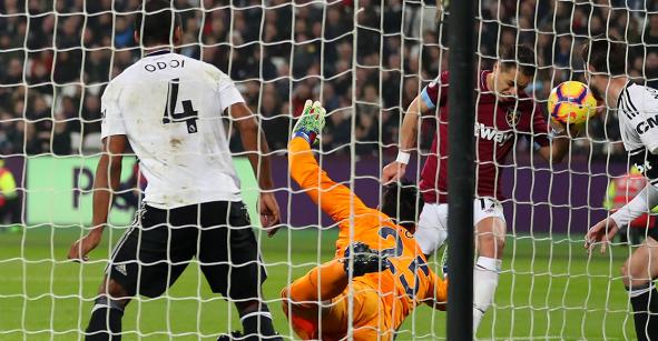 ¡A lo Maradona! 'Chicharito' le marcó gol al Fulham... ¿con la mano?
