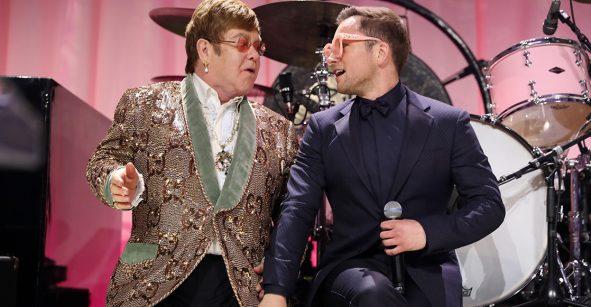 Mira a Taron Egerton cantar junto con Elton John