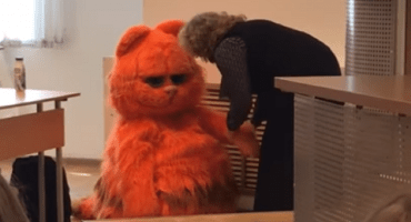 ¡Este estudiante se disfraza de Garfield y su maestra lo aprueba de por vida!