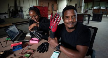¡Un genio creó un guante que traduce el lenguaje de señas a voz!