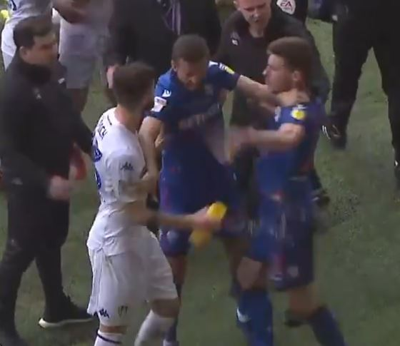 Botella de agua provocó pelea campal entre el Leeds United del 'Loco' Bielsa y Bolton