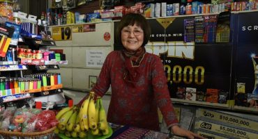 Esta señora frustra un asalto en su tienda ¡a punta de platanazos!