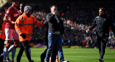 ¡A la cárcel! Castigan al aficionado que golpeó a jugador del Aston Villa en pleno partido