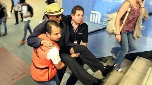 ¡A cargar! Así ayudan los trabajadores del Metro CDMX a subir las escaleras en la Línea 7