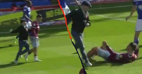 ¡Ah caray! Aficionado se 'volvió' loco y golpeó a un jugador del Aston Villa en pleno partido