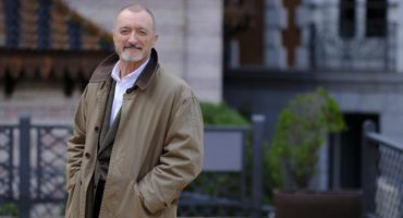Escritor Arturo Pérez-Reverte llama a AMLO a disculparse por tener apellidos españoles