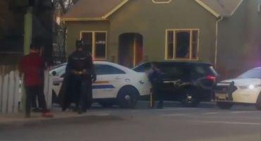 Como cuando Batman ofrece ayuda y la policía le dice: