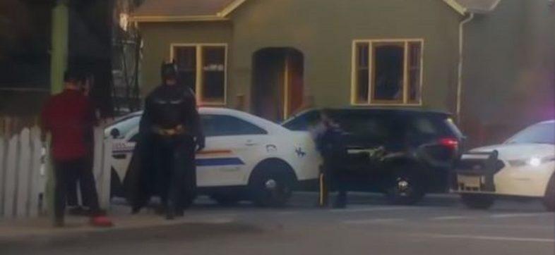 Sujeto disfrazado de Batman es rechazado por la policía