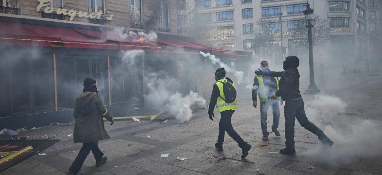 Por 'chalecos amarillos', Macron prohíbe las manifestaciones en Campos Elíseos