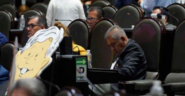 ¿Por qué eres así? Diputado de Morena se vuelve a quedar dormido durante la sesión