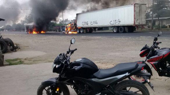 Presuntos integrantes del CJNG realizan bloqueos en Veracruz e incendian tráileres