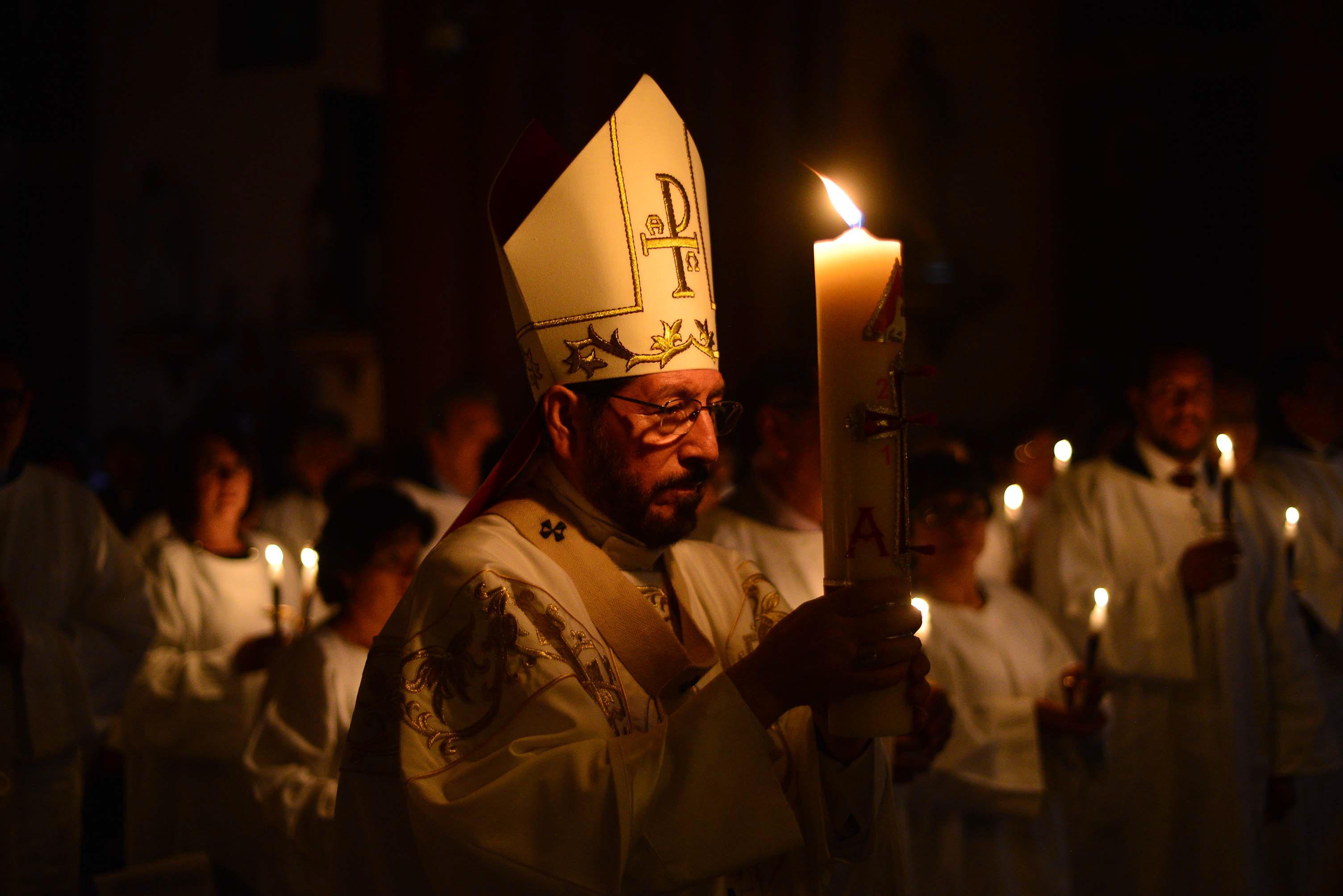 XALAPA, VERACRUZ, 01ABRIL2018.- El ArzobispoHipólito Reyes Larios presidió la celebracion del fuego nuevo y la vigilia pascual en la Catedral ante decenas de fieles.