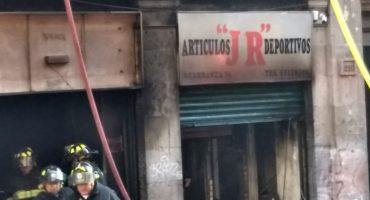 Se incendia un local en Venustiano Carranza casi esquina con Gante, en el Centro Histórico