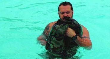 Así es como los Navy Seals convierten sus pantalones en salvavidas