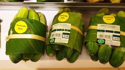 ¡Una gran idea! Este supermercado cambió los empaques de plástico por hojas de plátano