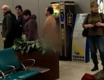 Sujeto desnudo intenta abordar un vuelo en Rusia
