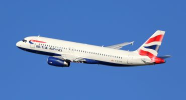 Piloto con puntería: volaba hacia Alemania... pero aterriza en Escocia