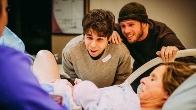 Esta mujer prestó su útero para que su hijo gay pudiera ser padre