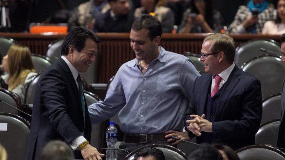 CIUDAD DE MÉXICO, 11DICIEMBRE2018.- Mario Delgado, coordinador de Morena, Jorge Emilio González, diputado del Partido Verde Ecologista, y Arturo Escobar, diputado del verde, durante la sesión ordinaria en la Cámara de Diputados.