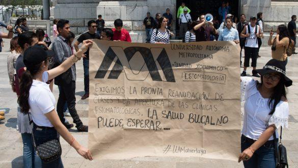 CIUDAD DE MÉXICO, 17ABRIL2019.- Una veintena de estudiantes de la Universidad Autónoma de México (UAM) se manifestaron para que ya se termine la huelga en esta casa de estudios, misma que ya tiene casi 80 días, los jóvenes pidieron que las autoridades y el sindicato ya se pogan a negociar seriamente ya que son graves las consecuencias en el ámbito escolar y de investigación en las que se encuentran.