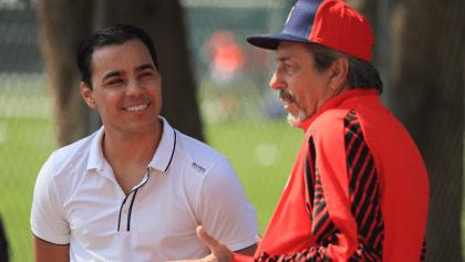 ¡Aferrándose a todo! Omar Bravo visitó el entrenamiento de Chivas para 'ayudar' a Boy
