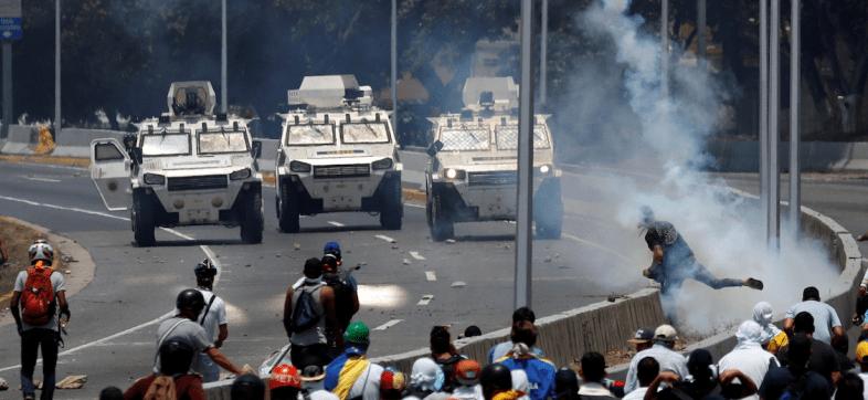 En medio de las protestas, tanquetas militares embisten a opositores en Venezuela
