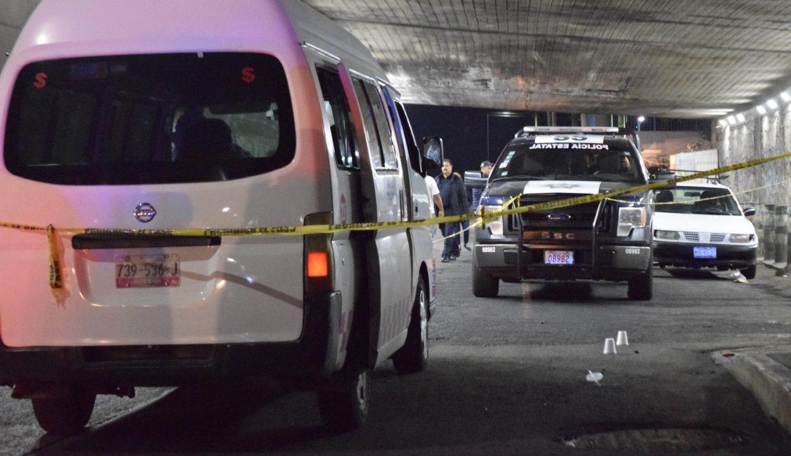 NAUCALPAN, ESTADO DE MÉXICO., 26FEBRERO2019.- El conductor de una camioneta tipo VAN de transporte público, perdió la vida al ser asaltada su unidad, por sujetos que subieron como pasajeros, con la finalidad de despojar a los ocupantes de sus pertenencias en avenida 16 de Septiembre en la colonia Centro de este municipio. Los delincuentes huyeron luego de disparar en al menos cuatro ocasiones a este chofer.