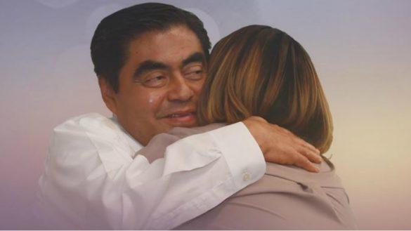 Barbosa hace campaña por Puebla ¿abrazando a Martha Erika Alonso?