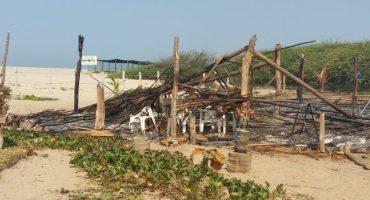 Sujetos armados destruyen y queman campamento tortuguero en Oaxaca 😡