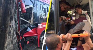 Unidad de Metrobús pierde el control y choca contra un árbol en Insurgentes Sur