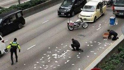 Mala suerte nivel: Conductor riega por accidente más de medio millón de pesos en la carretera
