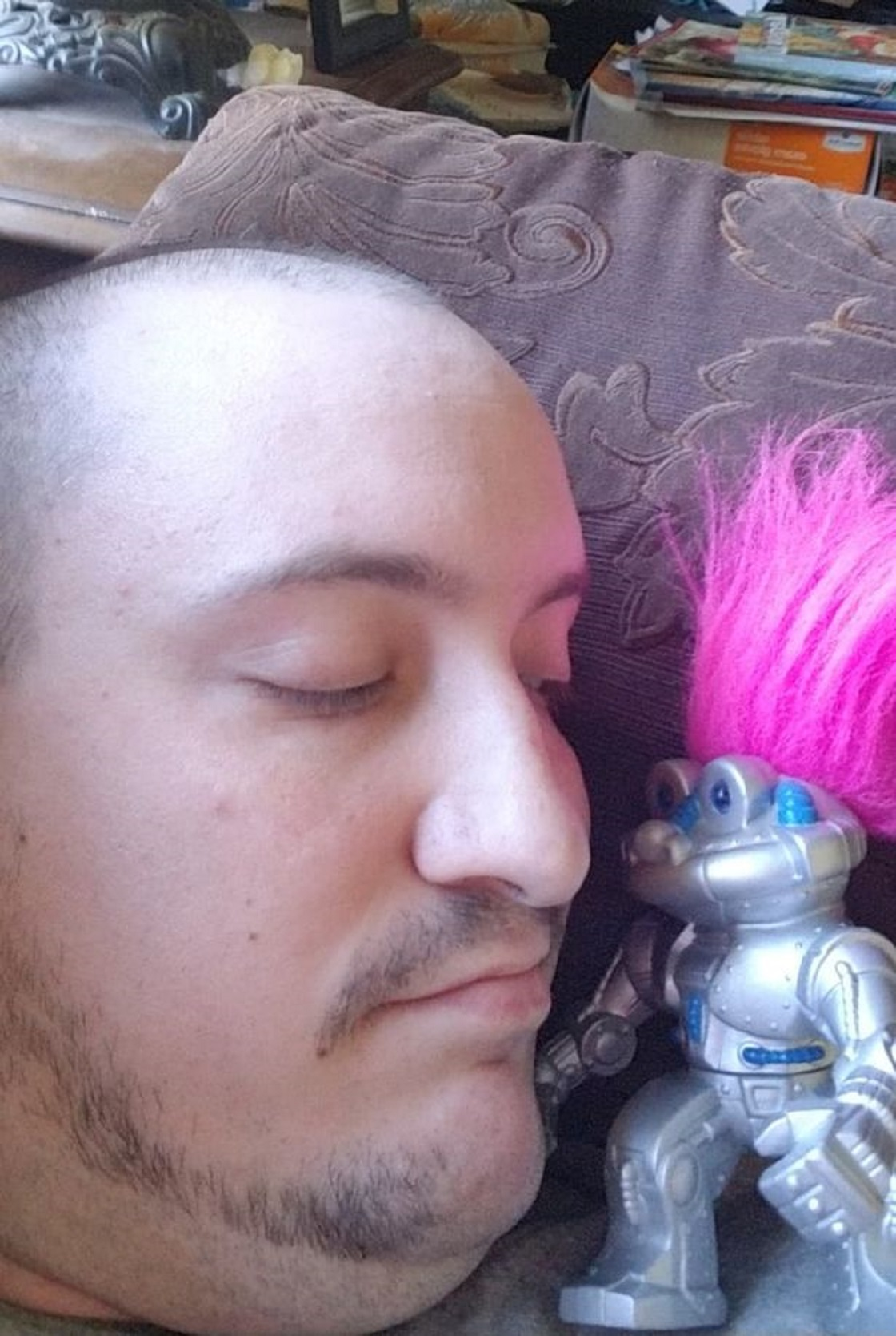 El hombre que se quiere casar con su robot de juguete