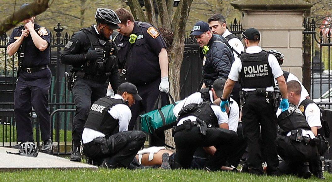 Alerta en la Casa Blanca: hombre se prende fuego frente al recinto