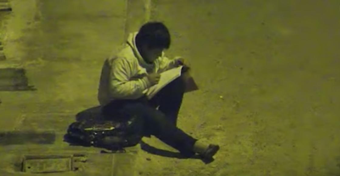 Este niño hace su tarea bajo un poste porque su mamá no tiene dinero para pagar la luz