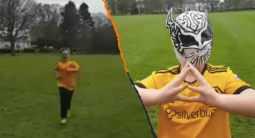 Un niño festeja un gol como Raúl Jiménez con la máscara de Sin Cara en Inglaterra
