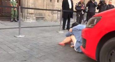 Pos me estaciono: mujer quería entrar con todo y auto a Palacio Nacional para hablar con AMLO