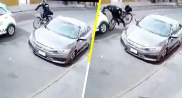 ¡Ándele por fisgón! Policía estampa su bicicleta contra un coche por ir viendo a una mujer