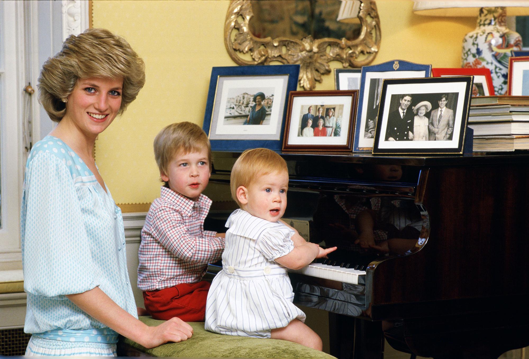 ¿Se parecen? Ella será la actriz que interpretará a la princesa Diana en The Crown