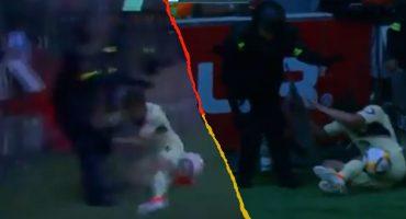 ¡Para la cárcel! Jugador del América tumbó a una policía con un 'golpe criminal' 😂