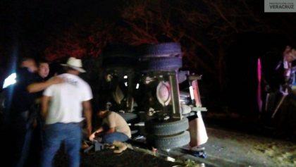 Se vuelca un tráiler con migrantes en Veracruz; hay al menos 19 heridos